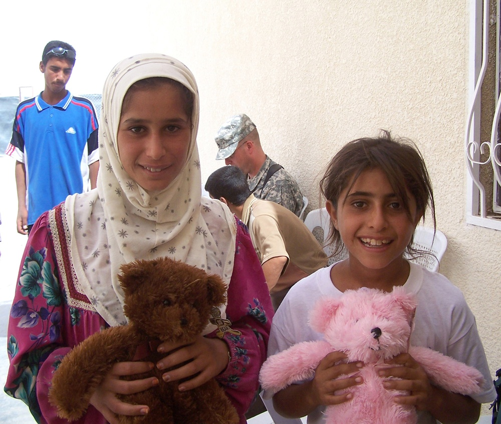 MND-B Soldiers provide aid to Baghdad citizens