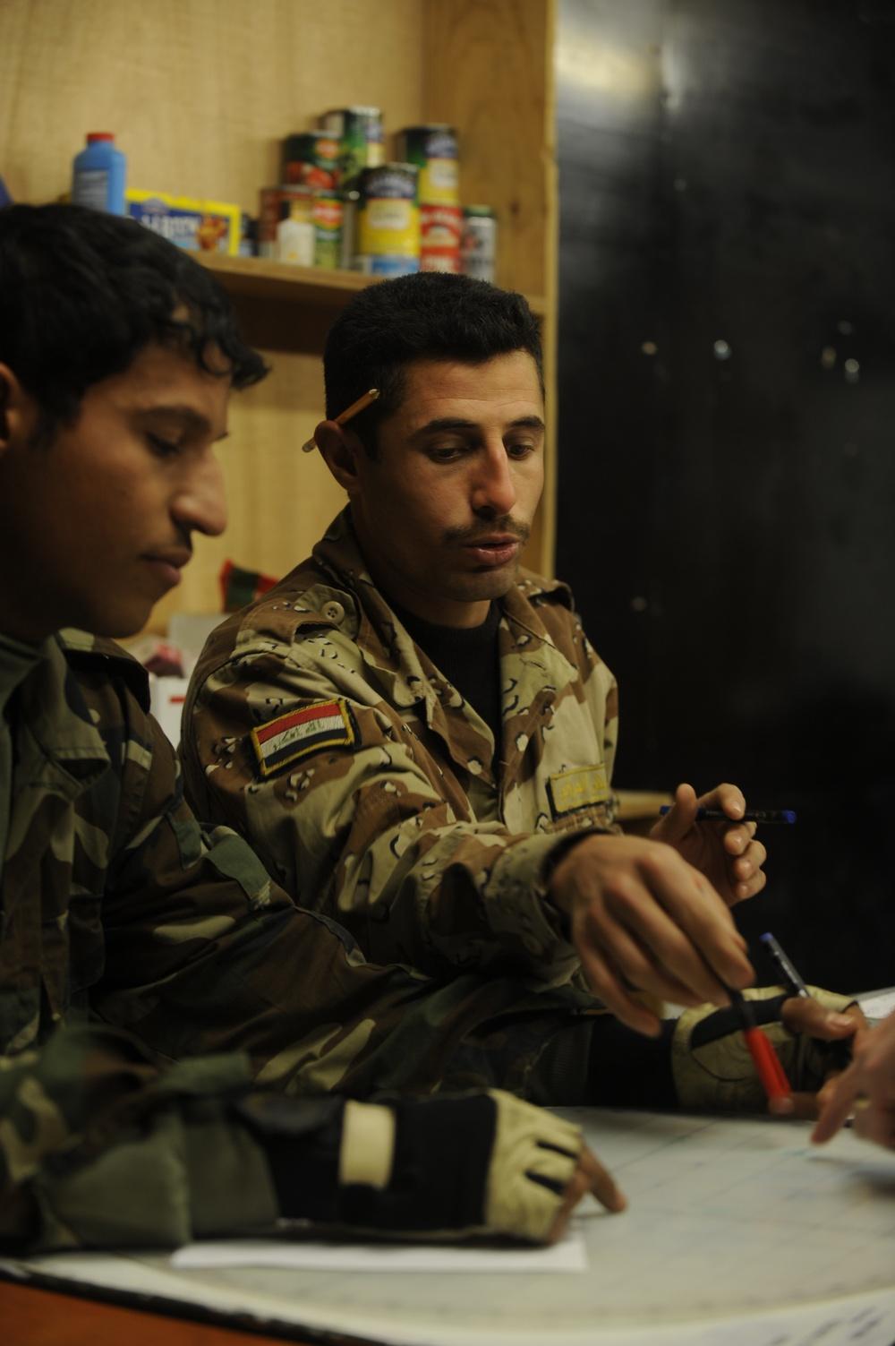 Iraqi soldiers take mortars course at Forward Operating Base Echo