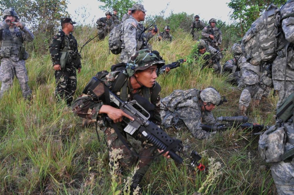 Philippine, US soldiers conduct raid during Exercise Balikatan 2012