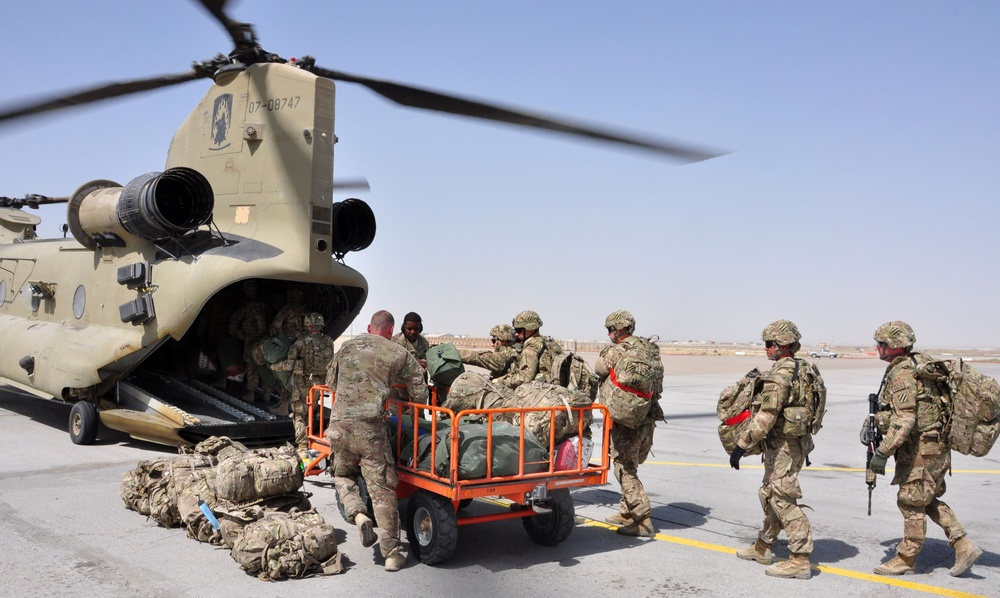 Soldiers board Chinook