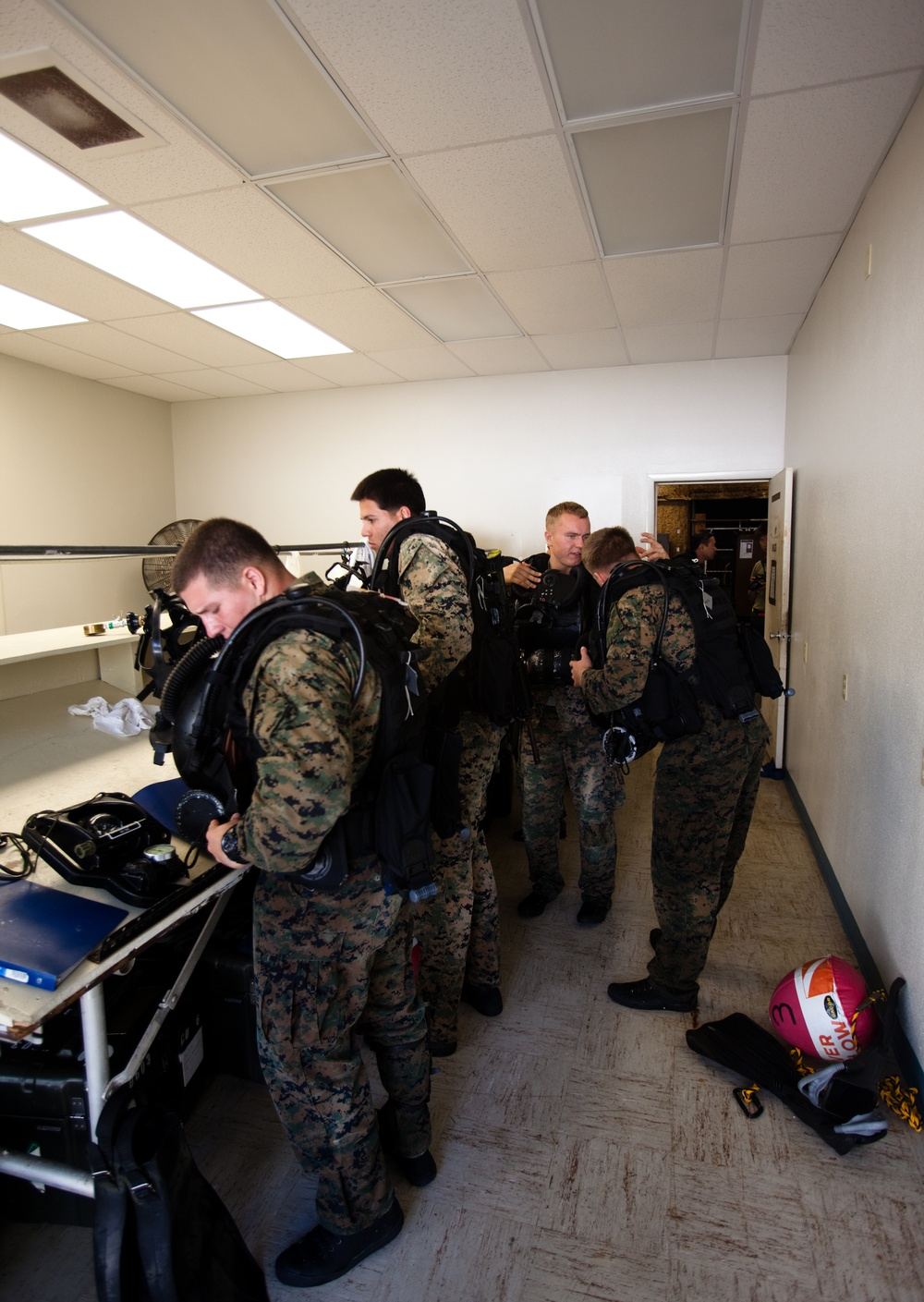 Recon Marines dive Hawaiian depths, return to amphibious roots