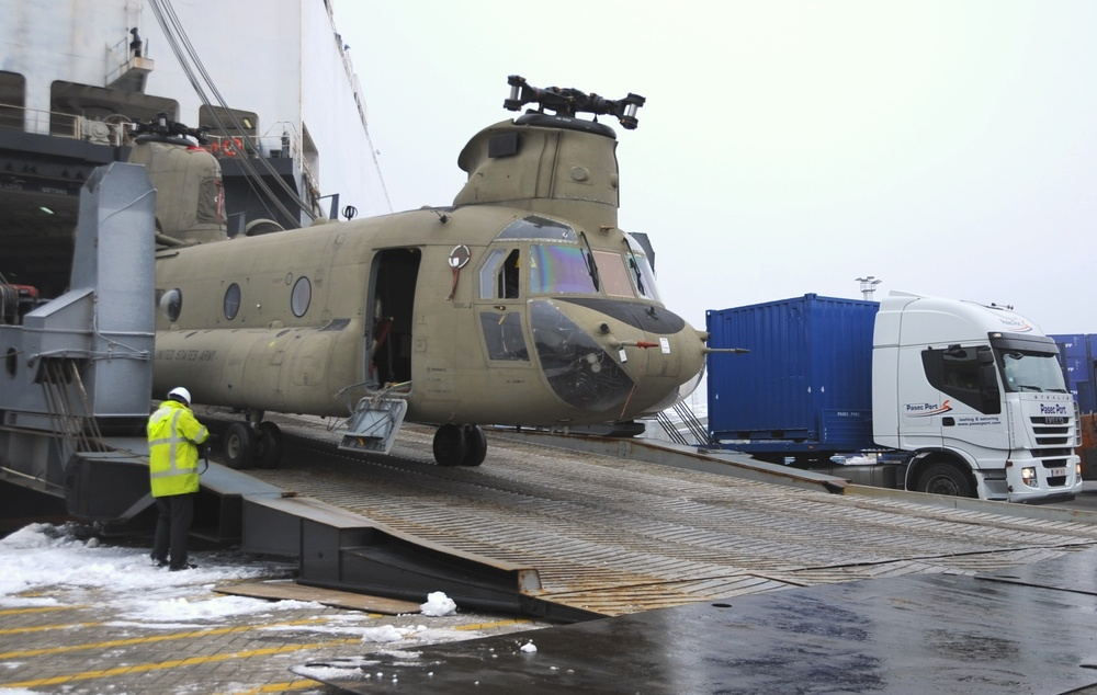 21st TSC assists in in helicopter offload at Belgian port