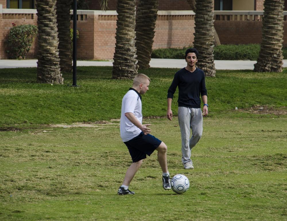 Service members, Kuwaiti students kick language barrier