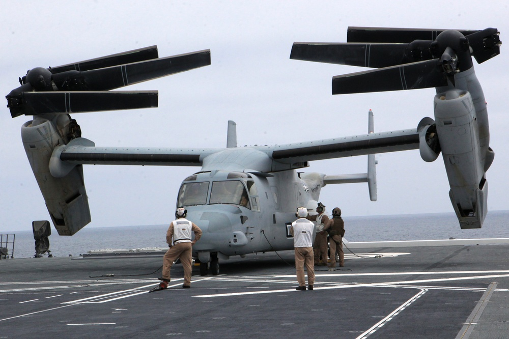 Osprey lands on Japanese ship for the first time