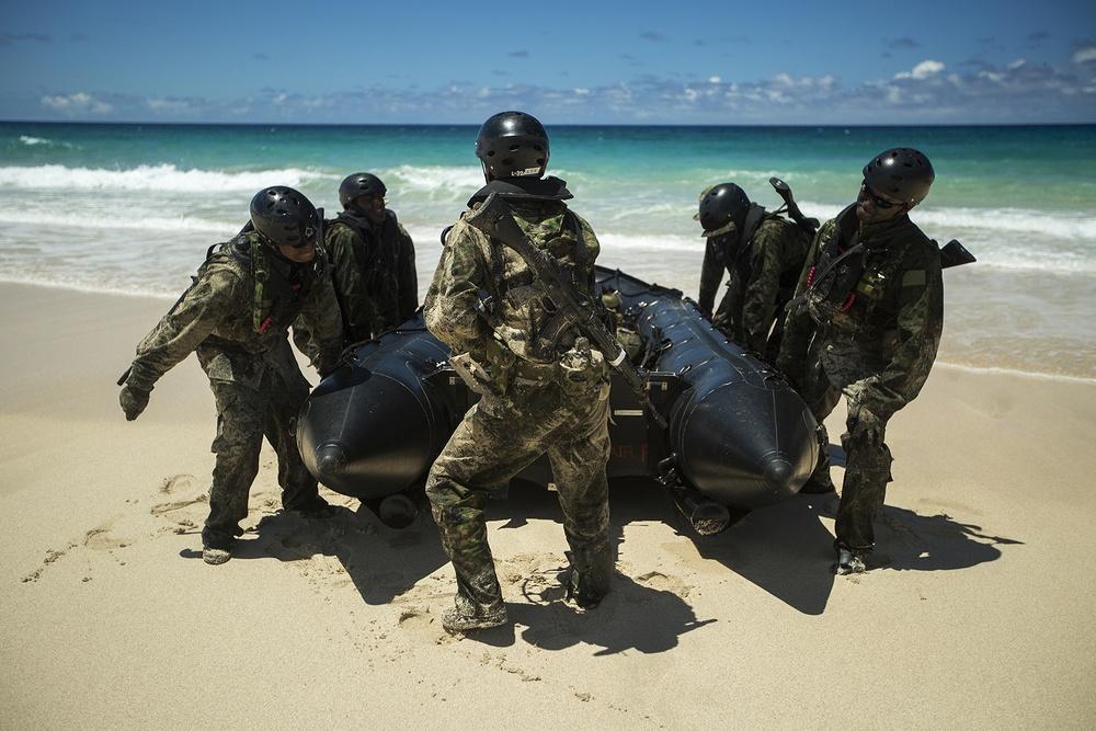 U.S. and Japan forces conduct amphib landing, assault beach