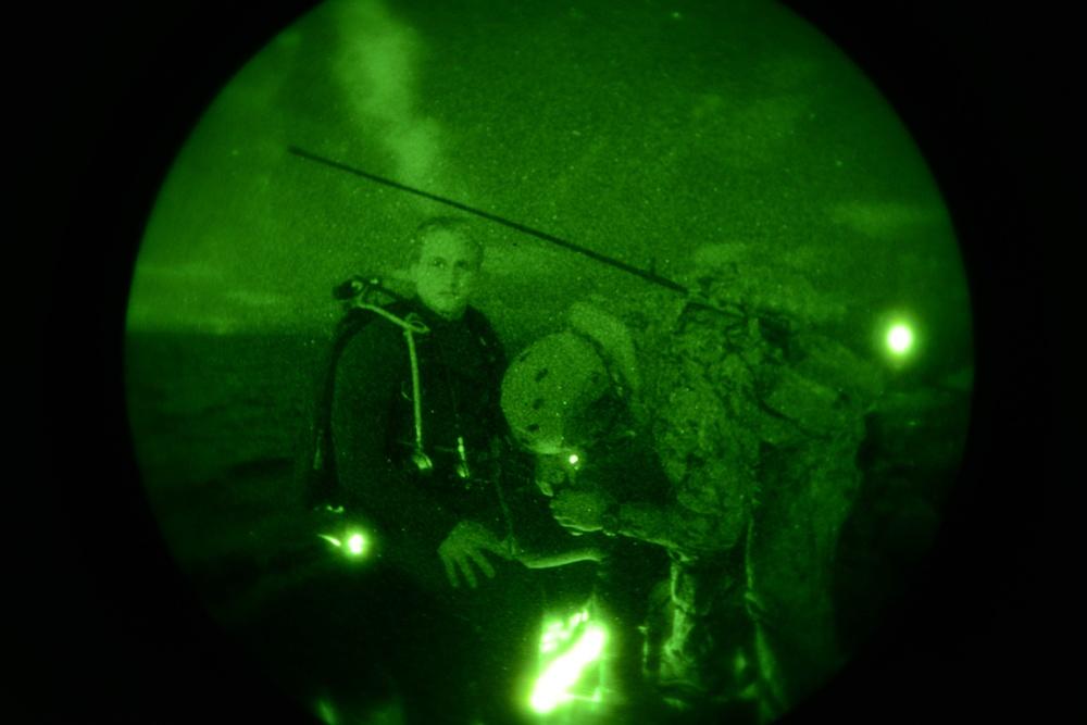 EODMU 1 conduct night dive operations during RIMPAC 2014