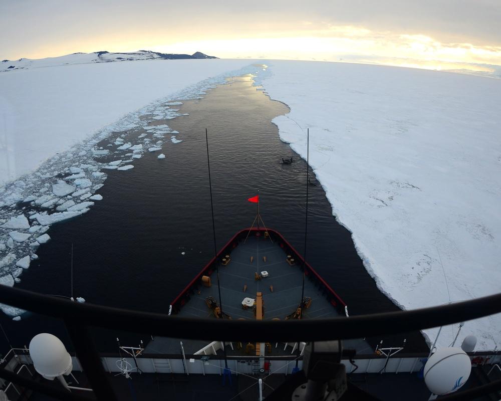 The icebreaker escort