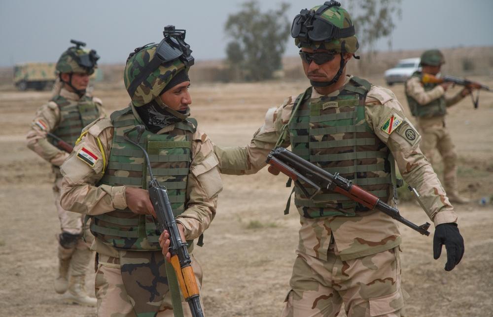 Iraqi leaders train soldiers