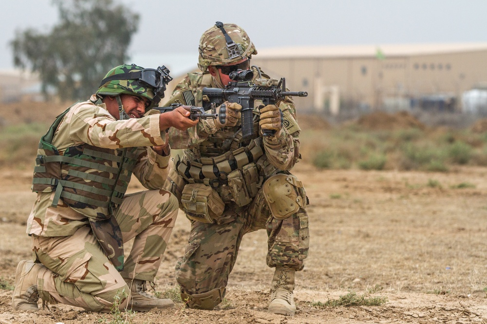 Iraqi soldiers learn improved techniques from 82nd Abn. paratroopers