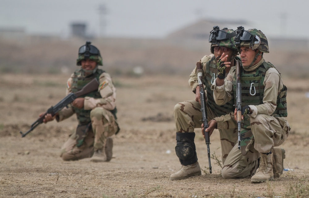 Iraqi soldiers discuss plan during training