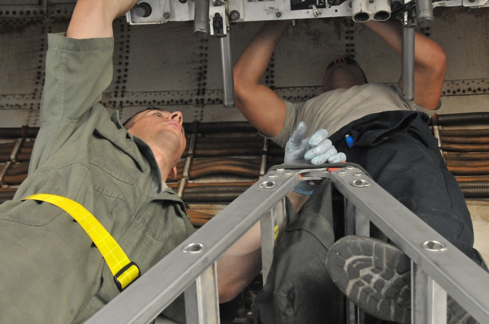 Farewell B-1: The B-1B Lancer sets rotational records before leaving AOR