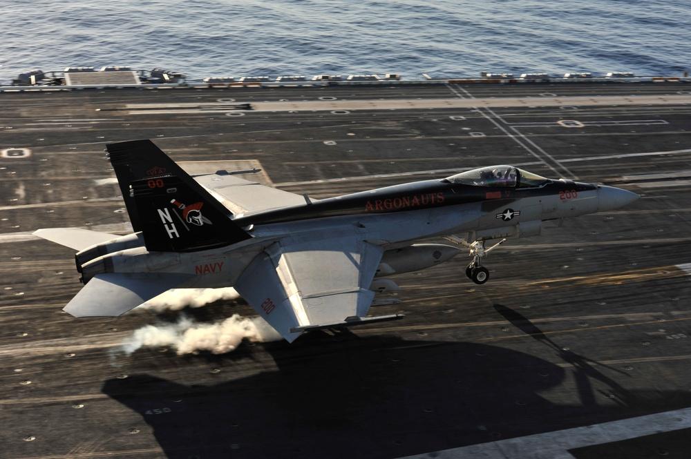 F/A-18E Super Hornet lands