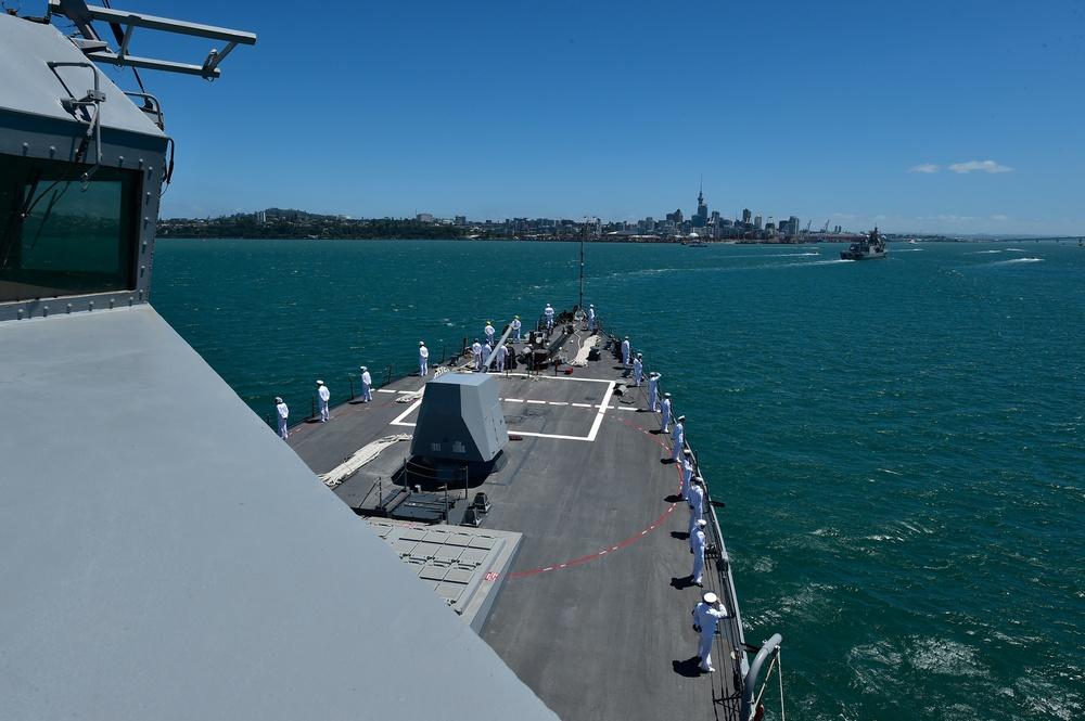 USS Sampson enters Auckland