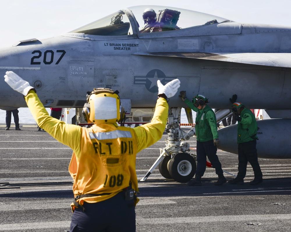 Sailors guide F/A-18E Super Hornet