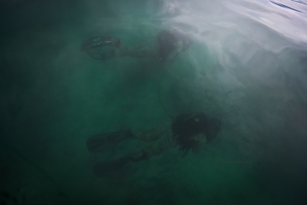 4th Force Recon Marines conduct dive operations in Kaneohe Bay, Hawaii