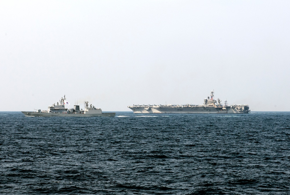 USS Carl Vinson (CVN 70) and Republic of Korea Navy ship Gwanggaeto (DD 971) Transit