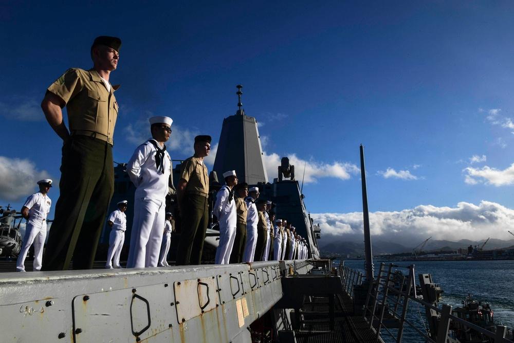 USS San Diego (LPD 22) Sailors and Marines Man the Rails