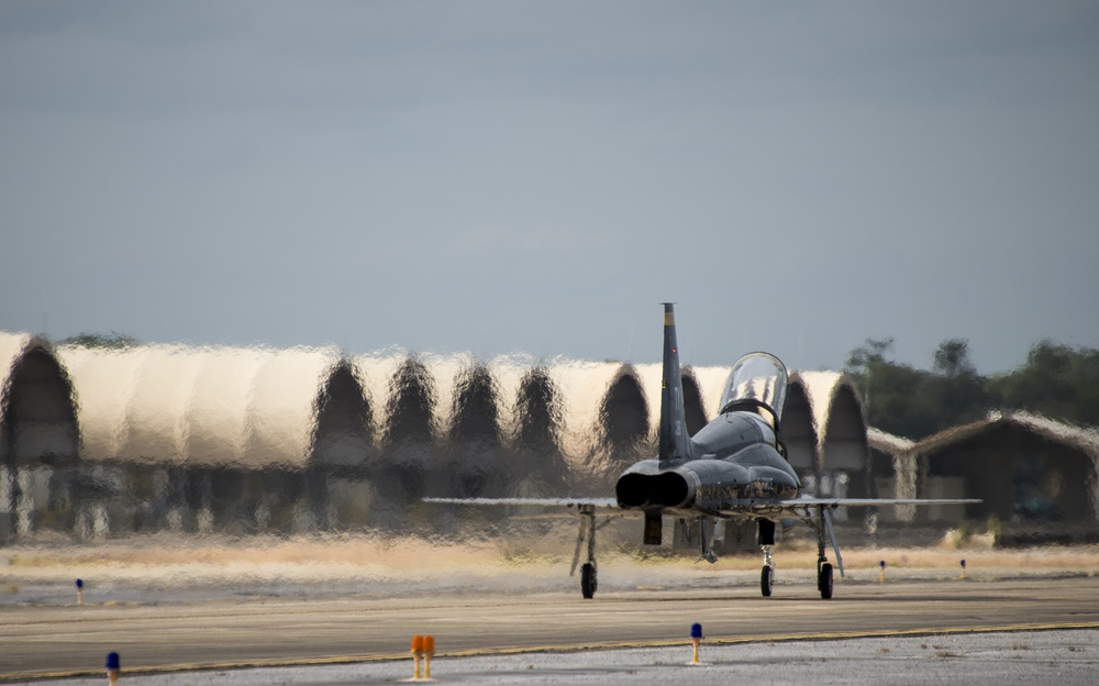 Tyndall T-38 Talons touchdown
