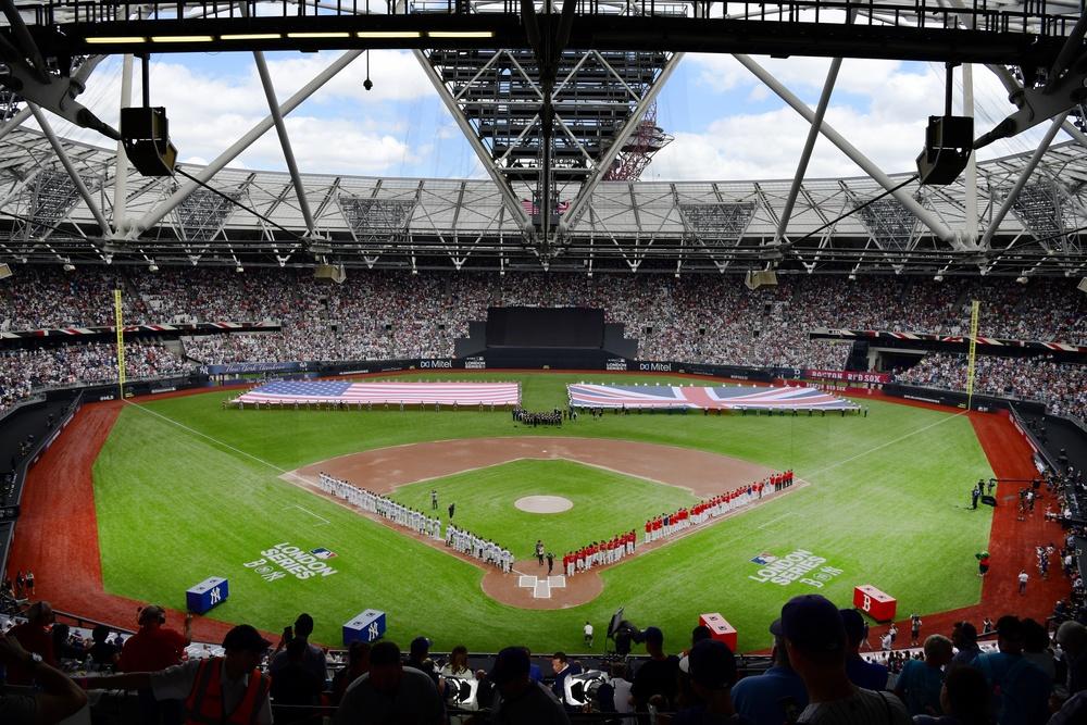 U.S. Airmen present colors at MLB London Series