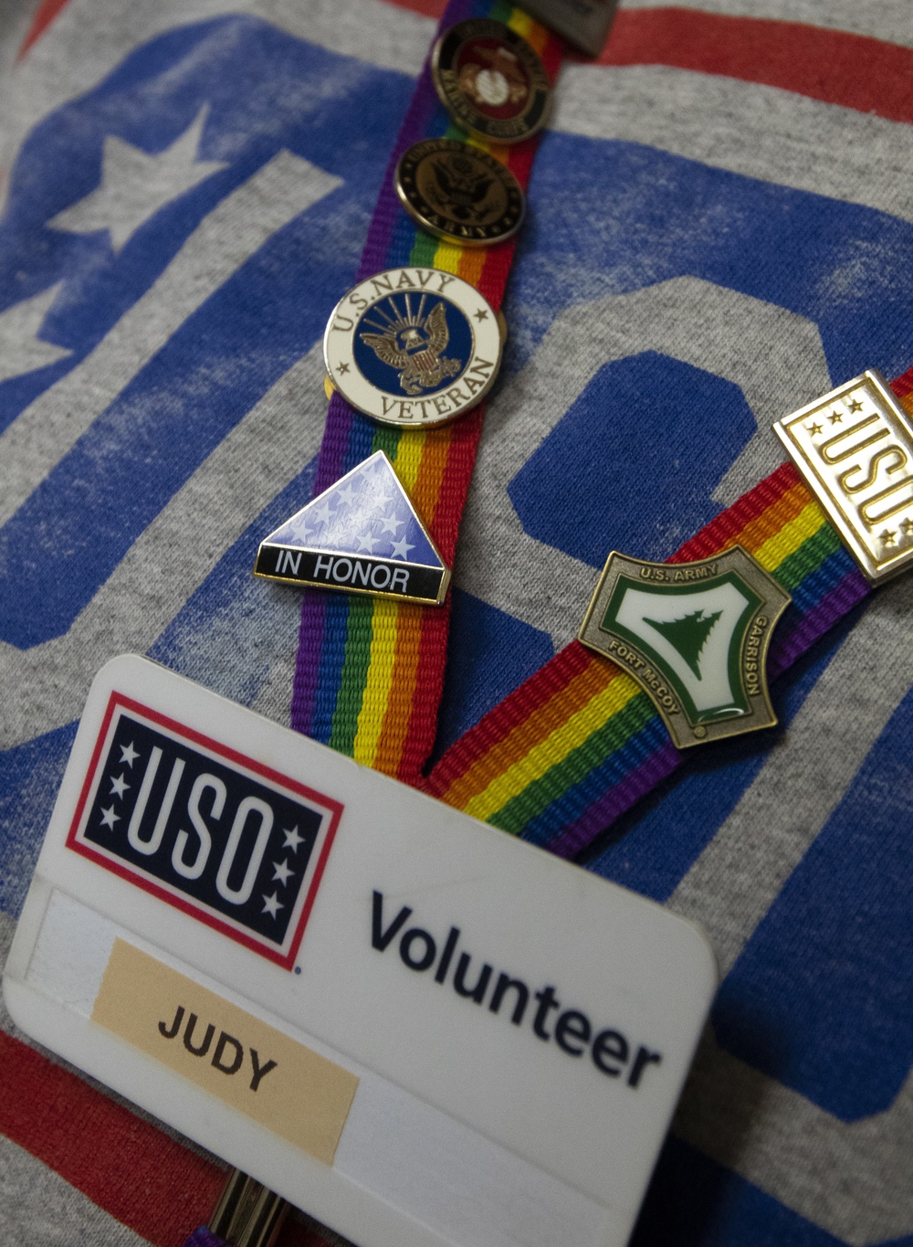 A Navy veteran connects with Soldiers at USO