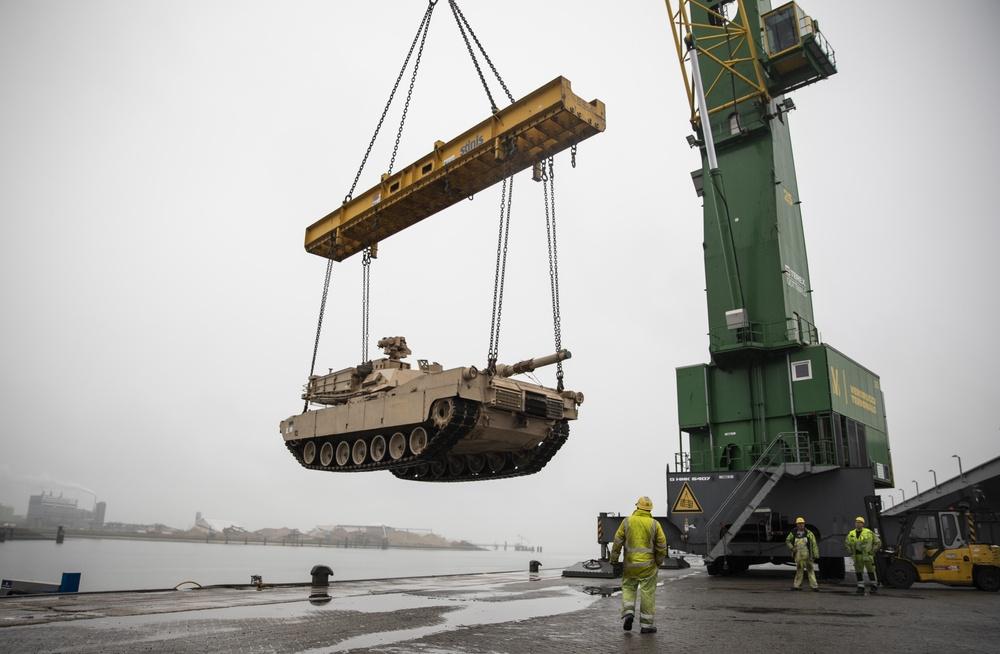 Low-barge transportation operation enhances Atlantic Resolve capabilities