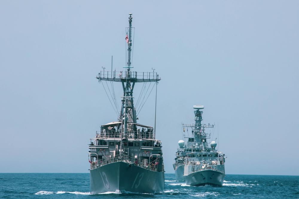 The HMS Argyll, HMS Shoreham and the USS Dextrous (MCM 13)