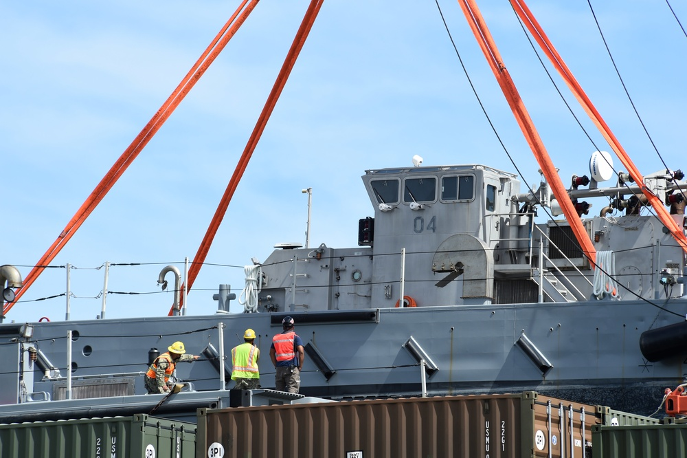 Expeditionary Sailors Offload INLS in Guam with MPSRON 3