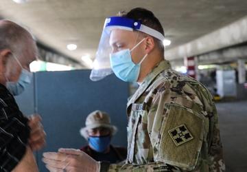 World War II Veteran receives vaccine at Cal State LA
