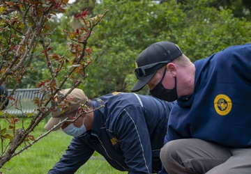 Sailors celebrate Earth Day by participating in community service
