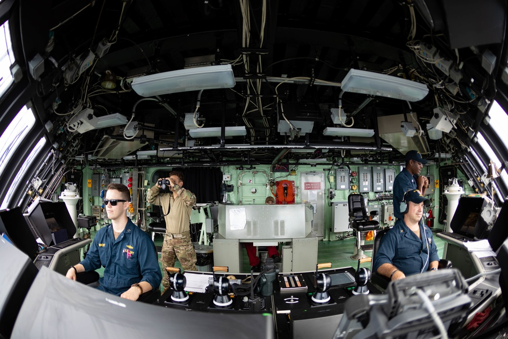USS Sioux City and Coast Guardsmen Team 105 Stand Watch in the Pilot House