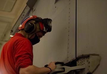 USS Carl Vinson (CVN 70) Conducts Night Flight Operations