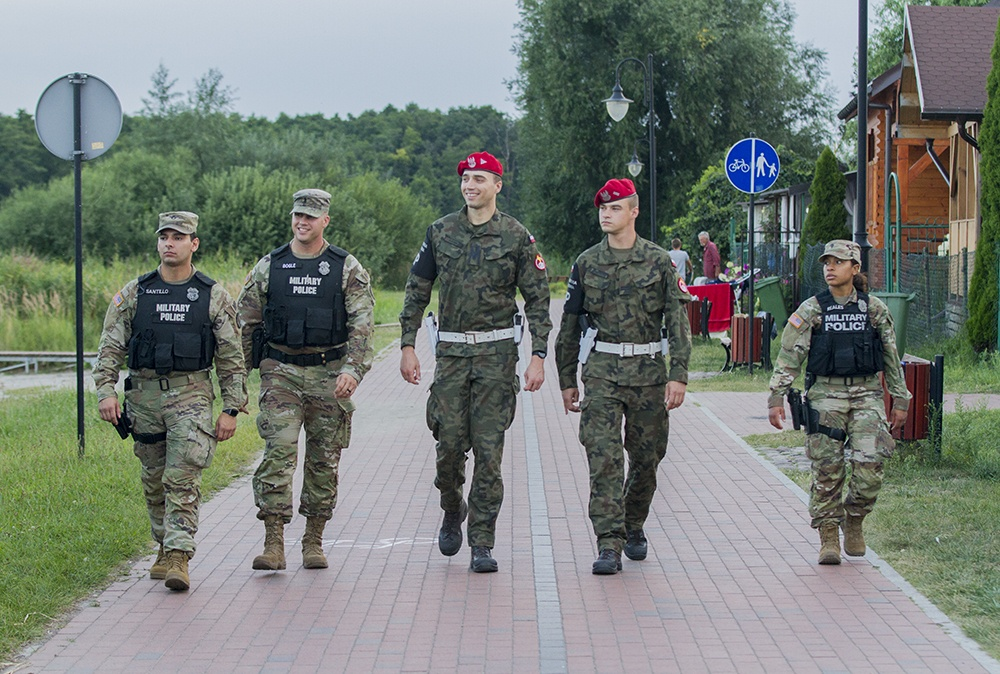 American MPs and Polish ZWs conduct joint patrols in Poland