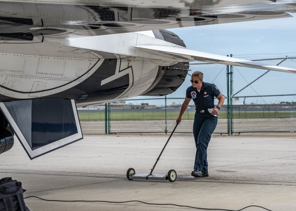 Maintainers Keep the Thunderbirds Ready for the Cleveland National Air Show
