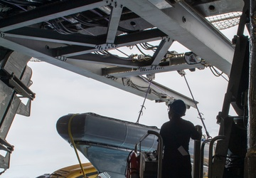 USS Jackson (LCS 6) conducts Twin boom Equipment Crane Operations